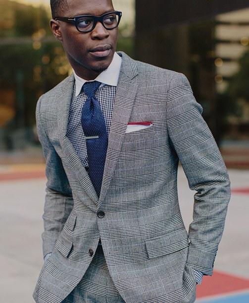 Mann in Anzug mit Krawatte und Einstecktuch