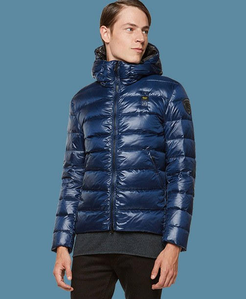 Model in Blauer Daunenjacke