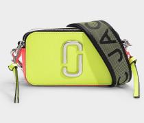 Tasche Snapshot Fluoro aus Leder mit neongelber Polyurethanbeschichtung