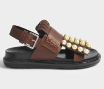 Sandalen mit Perlen in Peanut aus Kalbsleder