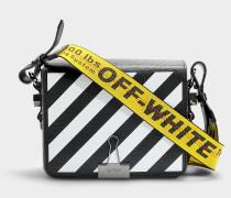 Handtasche mit Taschenklappe Diag Flap aus schwarzem und weißem Kalbsleder