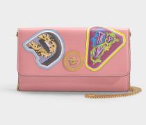 Portemonnaie mit Kette und Buchstaben Patches aus rosa Kalbsleder