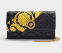 Portemonnaie mit Kette aus schwarzem, gestepptem Kalbsleder und mit Gold Hibiscus Print