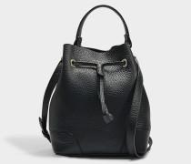 Kleine Handtasche Stacy mit Zugband aus schwarzem Kalbsleder
