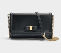 Kleine Handtasche mit Taschenklappe Ginny aus schwarzem Kalbsleder