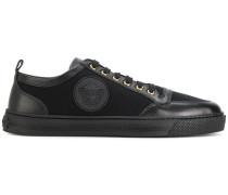 Sneakers mit Medusakopf