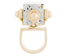 Vergoldeter Ring mit Stein-Element