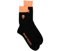 Socken mit Totenkopf