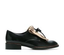Schuhe mit Zierlasche