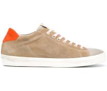 Wildleder-Sneakers mit Kontrastferse
