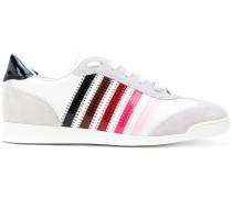 Sneakers mit seitlichen Kontraststreifen