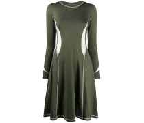 Kurzes Kleid mit langen Ärmeln
