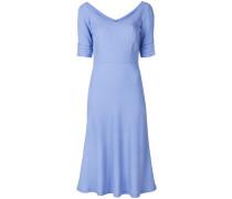 Tailliertes Kleid mit weitem Ausschnitt