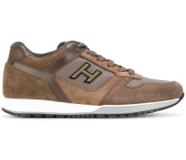 Sneakers mit Logo-Applikation