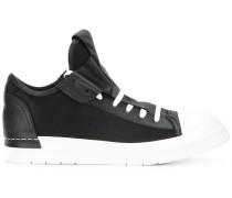 Sneakers mit langer Zunge
