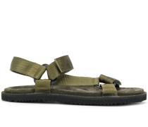 Sandalen mit texturierten Riemen