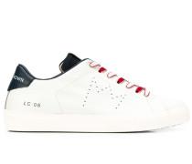 Sneakers mit perforierter Krone