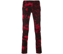 Schmale Jeans mit Camouflage-Print