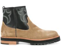 Stiefel mit kontrastierender Stickerei
