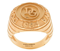 Ring mit eingraviertem Logo