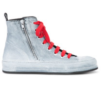 High-Top-Sneakers mit roter Schnürung