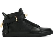 Sneakers mit Schnürung und Schnalle