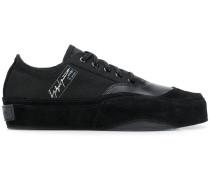 Sneakers mit Kontrastlogo