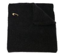 Gestrickter Schal mit Sicherheitsnadel