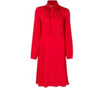 Ausgestelltes Kleid mit Schleifenkragen