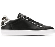 Sneakers mit bestickter Ferse