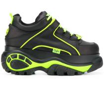 Sneakers mit Neondetail