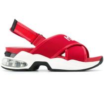 Sandalen mit Kreuzriemen