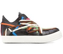 Sneakers mit bunter Schnürung