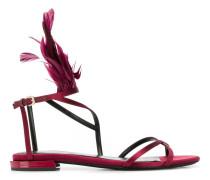 Flache Sandalen mit Federn