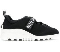 Sneakers mit Logostreifen