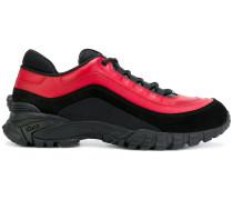 Sneakers mit Medusa-Prägung