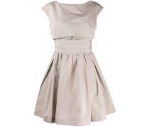 Ausgestelltes Kleid im Layering-Look