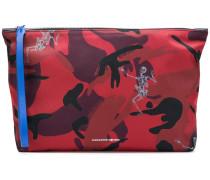 Camouflage-Clutch mit Skelett-Print