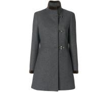 Taillierter Mantel mit Hakenverschlüssen