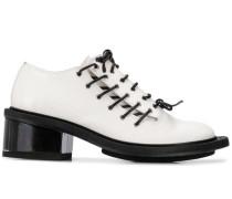 Schuhe mit dekorativer Schnürung