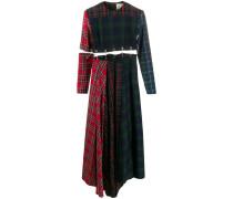 Ausgestelltes Kleid mit Sicherheitsnadeln