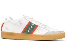 Sneakers mit seitlichen Nieten