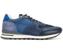 Sneakers in verschiedenen Blautönen