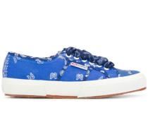x Superga Sneakers mit Bandana-Print