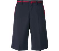 Klassische Shorts mit Kontraststreifen