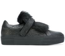Sneakers mit Schafsfellelementen