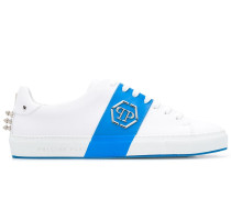 Sneakers mit Logo-Schild