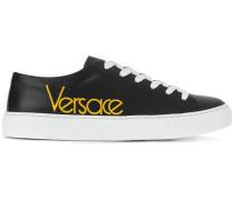 Sneakers mit aufgesticktem Logo