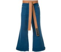 Ausgestellte Jeans mit Gürtel