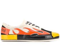 Sneakers mit Flammenapplikation